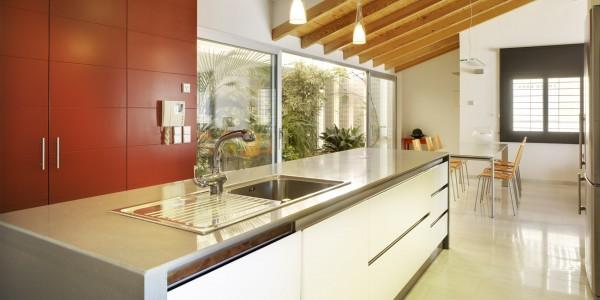 Marcaser - cocina con luces y techo de madera