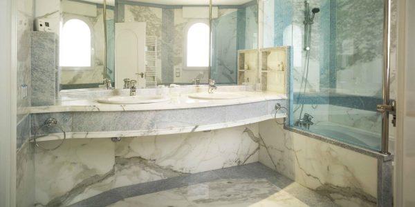 Marcaser - baño con ducha en marmol