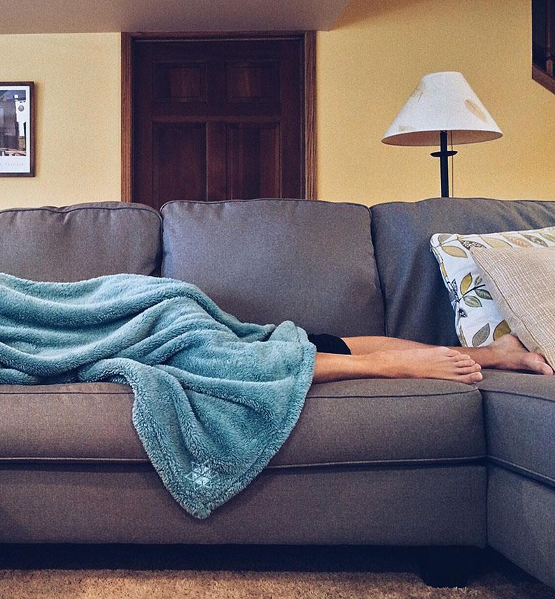 Marcaser - persona descansando en mueble de sala